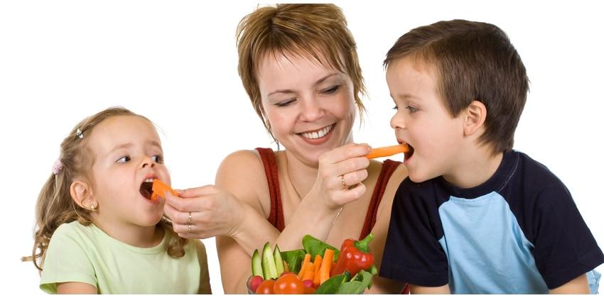 Resultado de imagen para mother and child eating healthy food